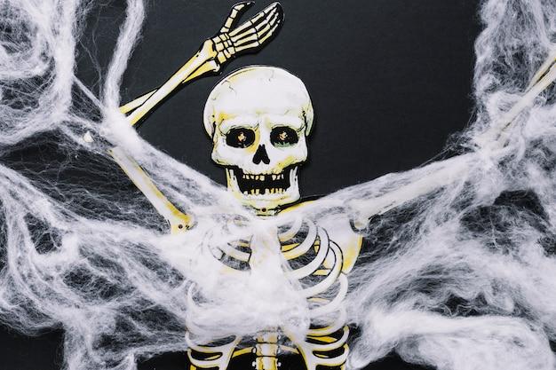 Esqueleto de papel espeluznante con tela de plástico