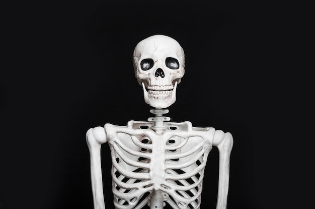 Esqueleto de pie en la oscuridad