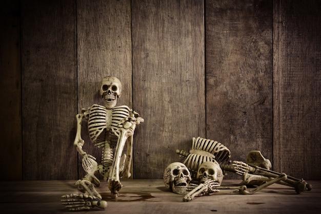 Esqueleto sobre madera