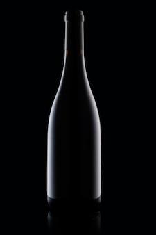 Esquema de una botella de vino sobre un fondo negro, primer plano de una foto vertical.