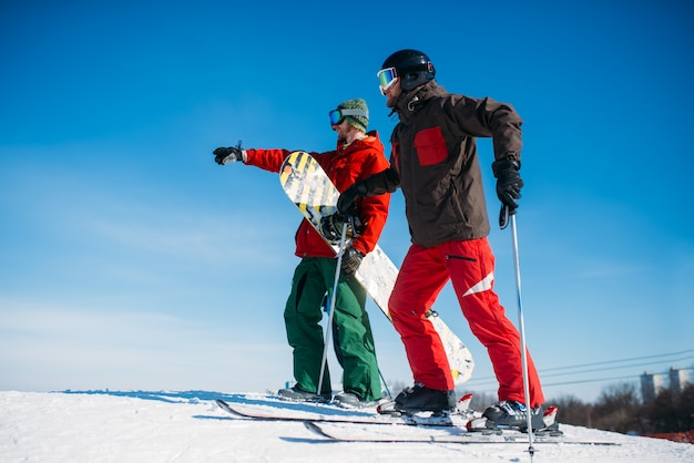 Esquí alpino, esquiadores en la cima de la pendiente