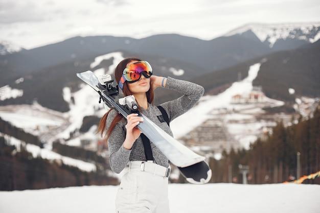Esquí morena joven y activa. mujer en las montañas nevadas.