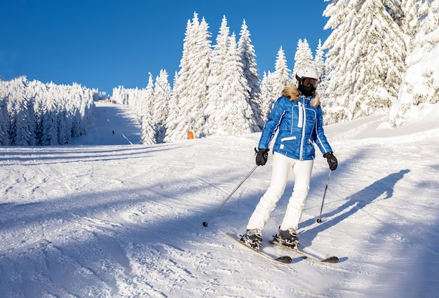Esquiador bajando la colina en el resort de montaña
