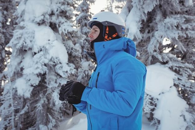 Esquiador con binoculares mirando a distancia
