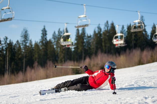 El esquiador cayó en la nieve