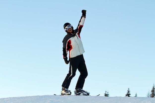 Esquiador en montañas