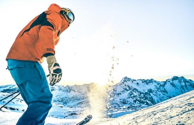 Esquiador profesional experto al atardecer en un momento de relax en la estación de esquí de los alpes franceses