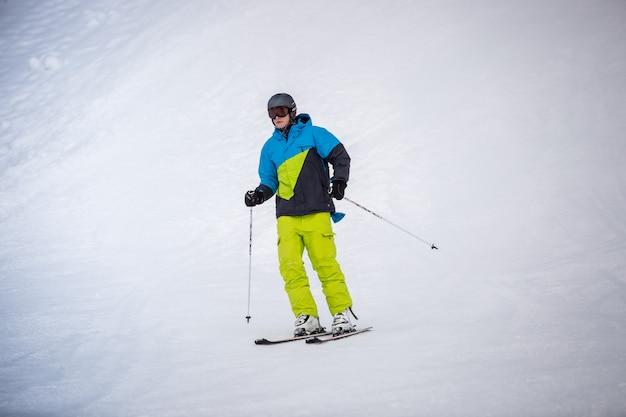 Esquiador profesional montando el descenso en la estación de esquí