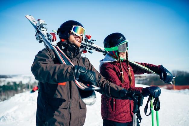 Esquiadores con esquís y bastones, estilo de vida extremo