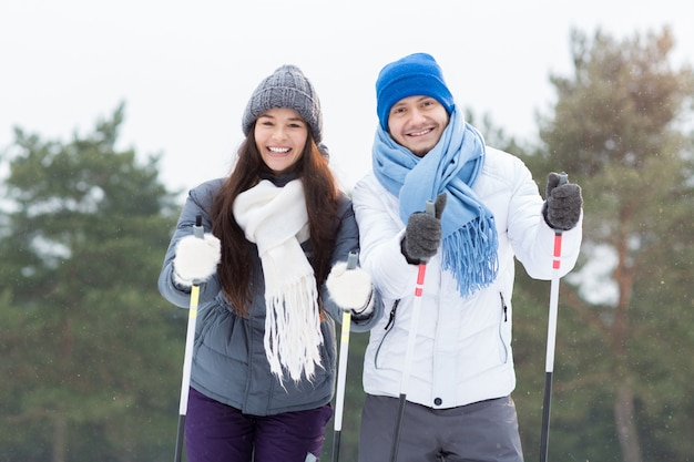 Esquiadores felices