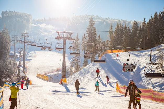 Esquiadores en el remonte montando en la estación de esquí