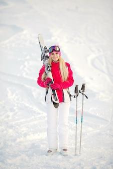 Esquiar en las montañas. color brillante de la ropa de esquí. chica pasa tiempo esquiando.