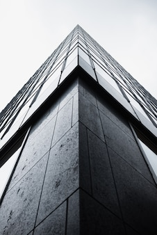 Esquina de ángulo bajo del edificio moderno