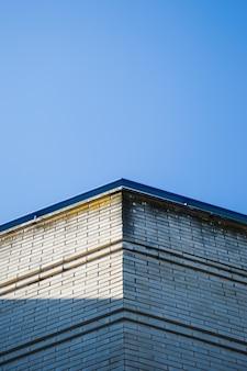 Esquina de edificio con cielo