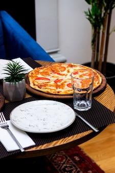 Esquina de la mesa del restaurante con pizza