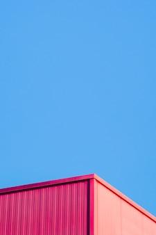 Esquina metálica con cielo