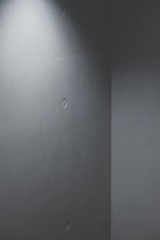 Esquina de muro de hormigón con luz artificial