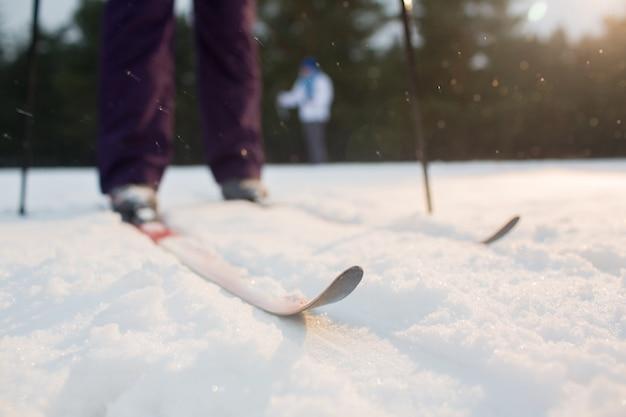 Esquís en la nieve