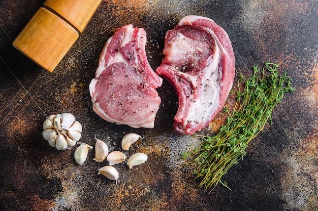 Establecer filetes crudos de carne de cerdo orgánica