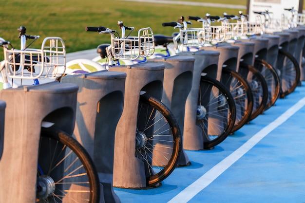 Estación de alquiler de bicicletas urbanas en la ciudad