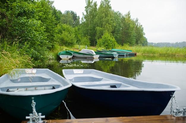 Estación de barco en la orilla de un hermoso lago.