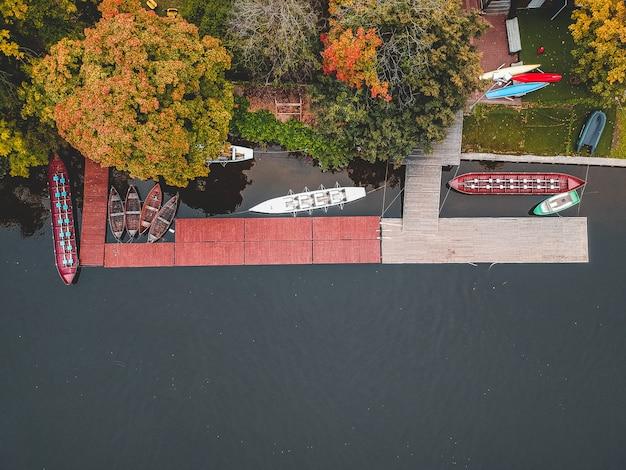 Estación de botes con muelle, bill boats, kayaks y remo.