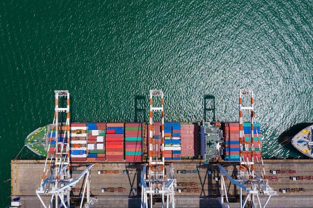 Estación de carga y descarga del puerto de embarque en la vista aérea del mar