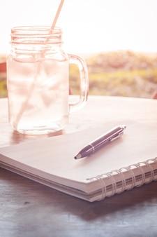 Estación de trabajo con libreta y bolígrafo