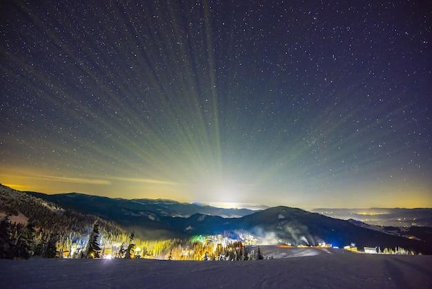 La estación de esquí de la estación iluminada por la noche.