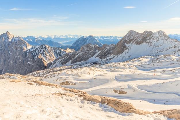 Estación de esquí del glaciar zugspitze en los alpes bávaros, alemania.