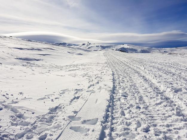 Estación de esquí de sierra nevada en invierno, llena de nieve.