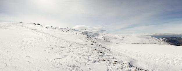 Estación de esquí de sierra nevada en invierno.