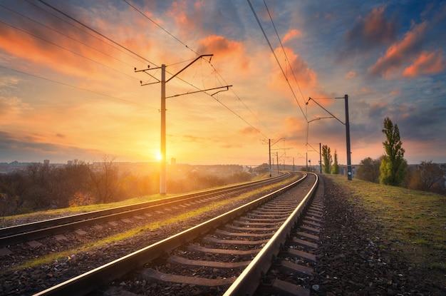 Estación de ferrocarril contra el hermoso cielo al atardecer