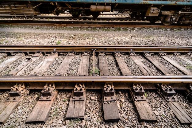 Estación de ferrocarril. intersección de rieles antiguos. de cerca.