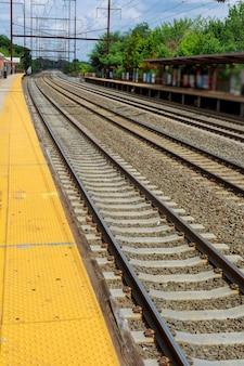 Estación de ferrocarril pistas de trenes de carga de plataforma
