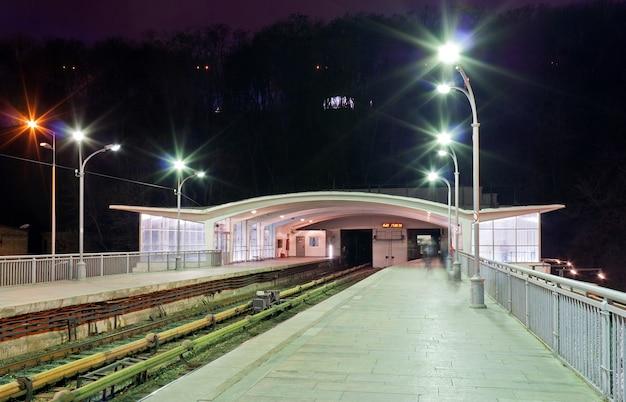 La estación de metro dnieper en kiev, ucrania
