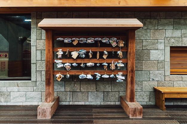 Estación de tarjetas de información turística de madera en la plataforma