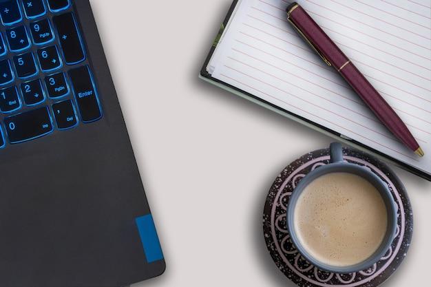 Estación de trabajo con ordenador portátil y una taza de café.