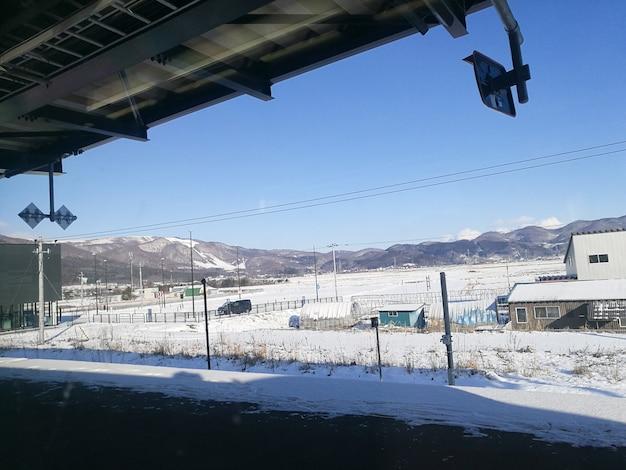 Estación de tren lejana en un día soleado de invierno en hokkaido japón