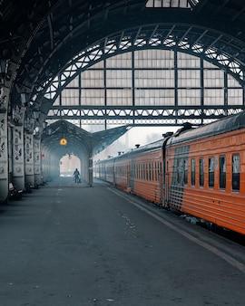 Estación de tren y tren rad en invierno.