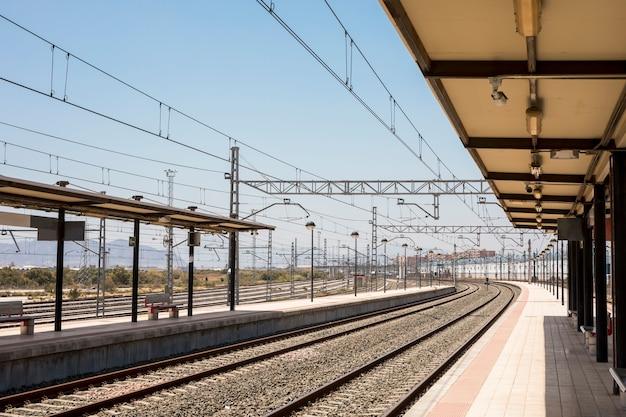 Estación de tren vacía en un día soleado