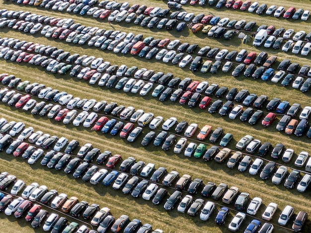 Estacionamiento al aire libre, muchos autos en el campo. vista superior