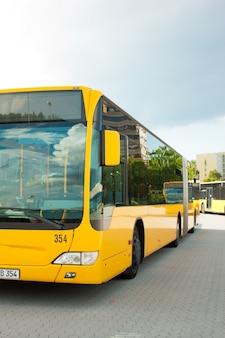 Estacionamiento de autobuses en fila en la estación de autobuses