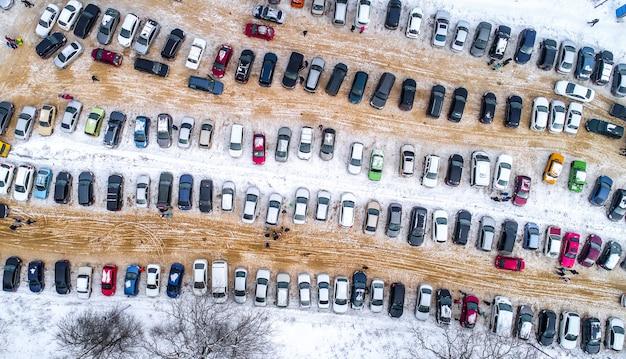 Estacionamiento con autos desde arriba