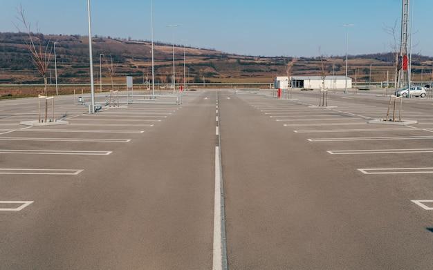 Estacionamiento con espacios reservados.