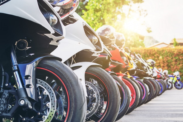 Estacionamiento grupal de motocicletas en la calle de la ciudad en verano