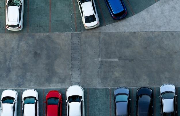 Estacionamiento de hormigón de vista superior. vista aérea del coche aparcado en la zona de aparcamiento del apartamento.