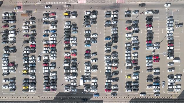 Estacionamiento con vista aérea desde arriba de muchos automóviles desde aviones no tripulados, transporte urbano y concepto urbano