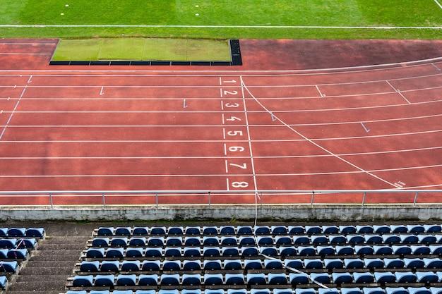 Estadio atlético sin espectadores durante un partido de fútbol en el momento del coronavirus