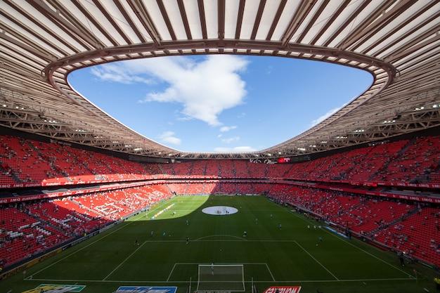 Estadio de fútbol de la ciudad de bilbao en españa, conocido bajo el nombre de san mamés